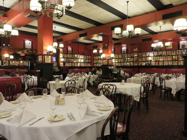 Sardi's_restaurant_(Manhattan,_New_York)_002