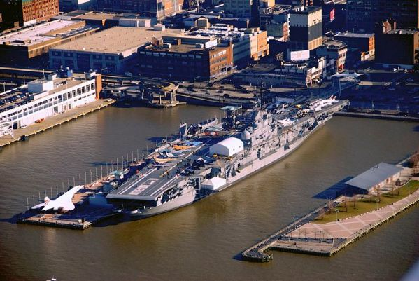 800px-USS_Intrepid,_aerial_view,_docked_at_Manhattan